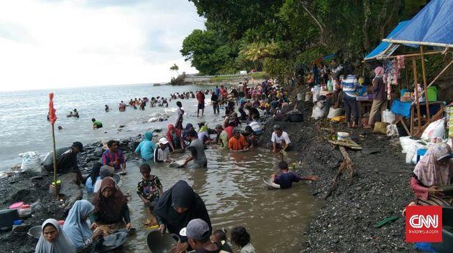 Seorang bocah 5 tahun (balita) dilaporkan tenggelam saat mengikuti orang tua mendulang emas di Pantai Maluku Tengah, Maluku.