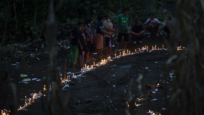Puluhan korban banjir di Desa Nele Lamadiken, Kecamatan Ile Boleng, Pulau Adonara, Kabupaten Flores Timur, NTT dimakamkan secara massal.