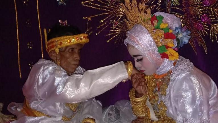 Kakek 58 tahun menikahi gadis 19 tahun di Bone, Sulsel.