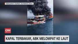 VIDEO: Kapal Terbakar, ABK Melompat Ke Laut