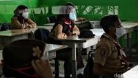 <p>Para guru dan siswa melakukan kegiatan belajar mengajar di uji coba sekolah tatap muka. SDN 11 Pademangan Barat, Jakarta Utara, memulai uji coba untuk siswa kelas V. Protokol kesehatan tetap dilakukan secara ketat, Bunda (Foto: Pradita Utama/DetikNews)</p>