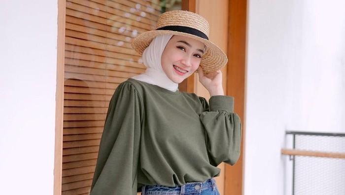 Steal The Look! 5 Inspirasi Outfit Hijab Warna Hijau Army, Tampil Classy dan Modis