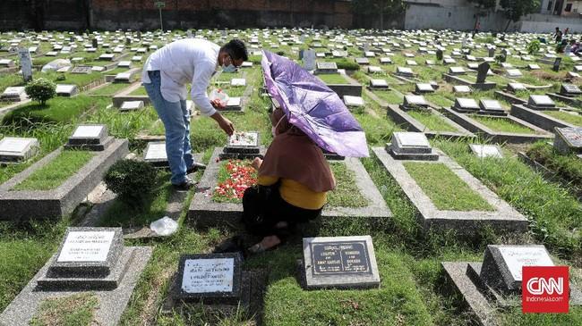 Warga Jakarta mulai menggelar tradisi berziarah ke makam kerabat jelang ramadan dengan tetap menerapkan protokol kesehatan mencegah penyebaran Covid-19.