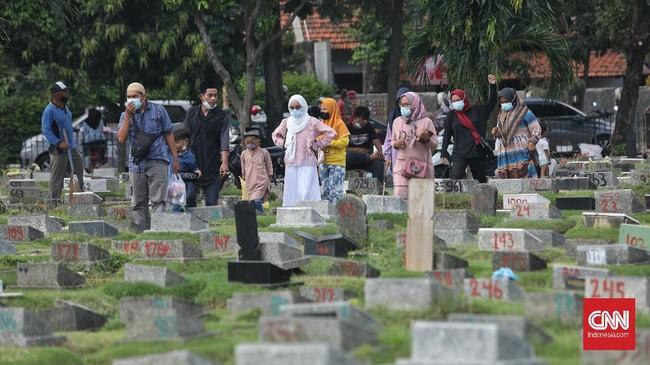 Satpol PP Halau 30 Peziarah di TPU Utan Jati Jakarta