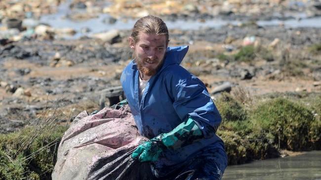 Sejumlah relawan bekerja sama membersihkan Danau Uru Uru di Oruro, Bolivia dari sampah plastik.