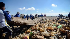 FOTO: Berjibaku Dengan Sampah Plastik di Danau Uru Uru