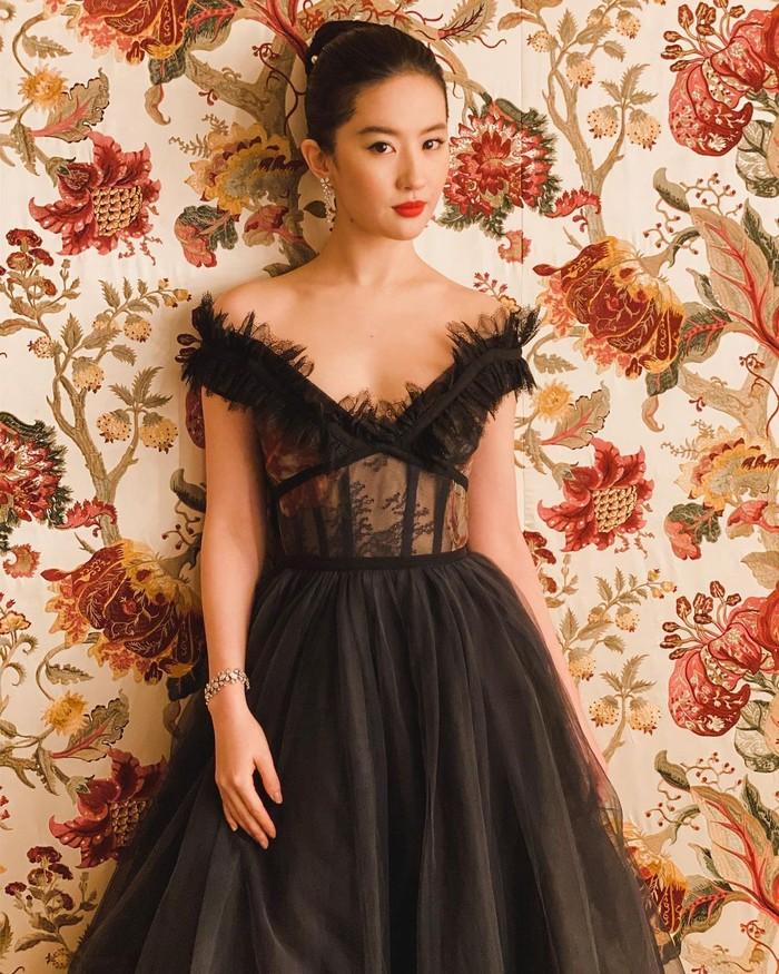 Next, ada artis China tercantik yang semakin dikenal berkat peran wanita tangguh menawan dalam Film 'Mulan'. Liu Yifei menjadi artis tercantik China yang multitalenta. Ia piawai dalam berakting, bernyanyi, dan modelling (Foto: www.instagram.com/yifei_cc).