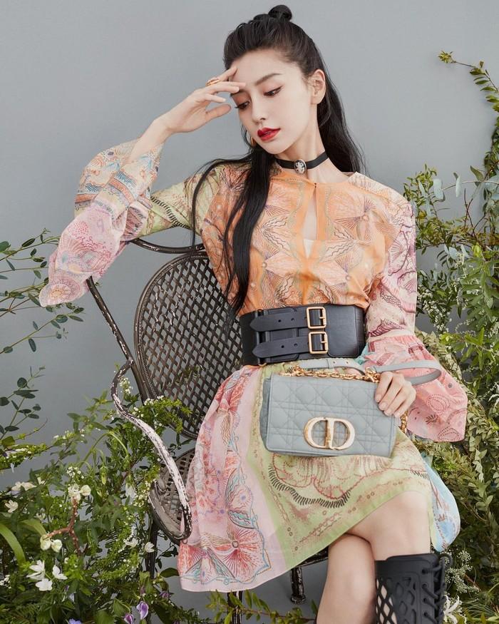 Menjadi sosok model sekaligus aktris yang populer, Angelababy juga masuk dalam artis China tercantik. Artis kelahiran 1989 ini telah menikah dengan aktor populer China, Huang Xiaoming. (Foto: www.instagram.com/angelababyct).