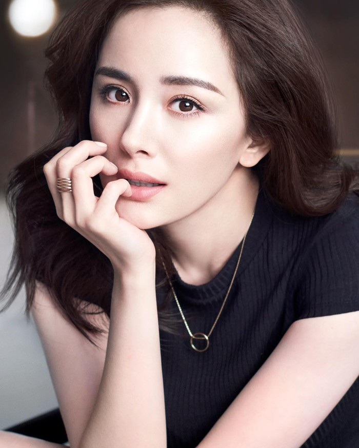 Meraih popularitas lewat berbagai serial drama China, visual Yang Mi juga sukses memikat publik. Artis kelahiran 1986 ini melangsungkan pernikahannya dengan Hawick Lau di Bali pada 2014 lalu, Ladies. (Foto: www.instagram.com/yangmimimi912).