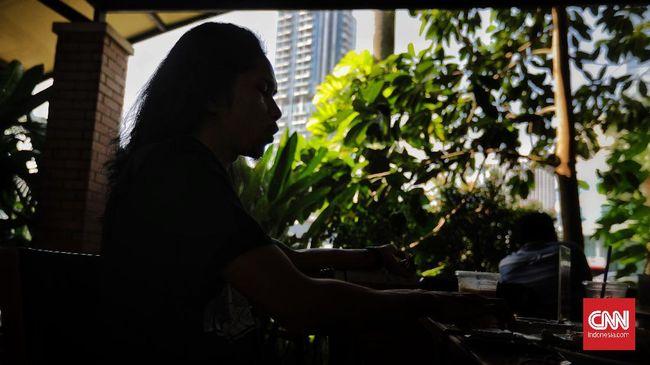 Teguh Aprianto, hacker yang sudah terkenal di dunia internasional itu bicara lemahnya situs pemerintah hingga kritik bacot politikus RI.