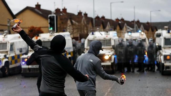Kerusuhan pecah di Irlandia Utara usai aturan imigrasi dan perdagangan diperketat sebagai dampak Inggris keluar dari Uni Eropa atau Brexit.