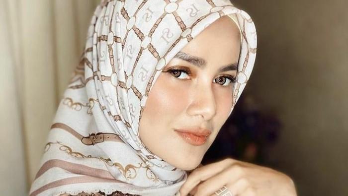 8 Style Hijab ala Olla Ramlan, Bikin Awet Muda