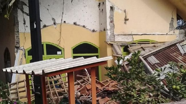 Gempa bumi di Kabupaten Malang terasa hingga Madura, Jawa Timur. Warga melihat dinding musala sampai bergerak akibat guncangan gempa tersebut.