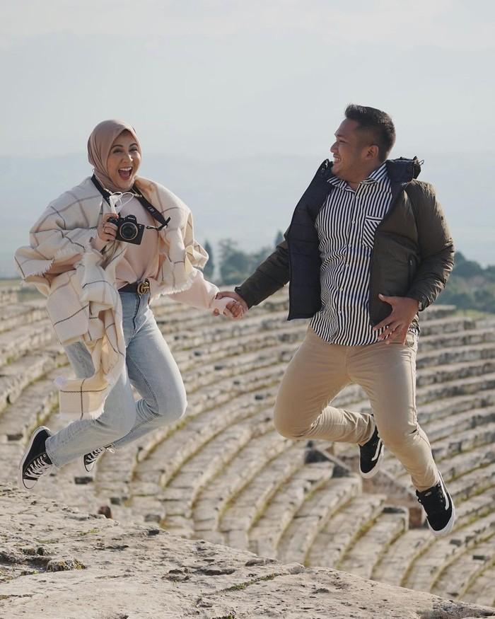 Pemilik nama lengkap Sarasefeika Kesha Ratuliu ini sudah malang melintang di dunia hiburan sejak masih belia lho! Keshatelah menikah dengan kekasihnya, Adhi Permana pada Minggu (7/2/2021) di Green Tower, Jakarta. Kini ia tengah berbahagia menikmati masa honeymoon bersama suami tercinta.(Foto: Instagram.com/kesharatuliu05)