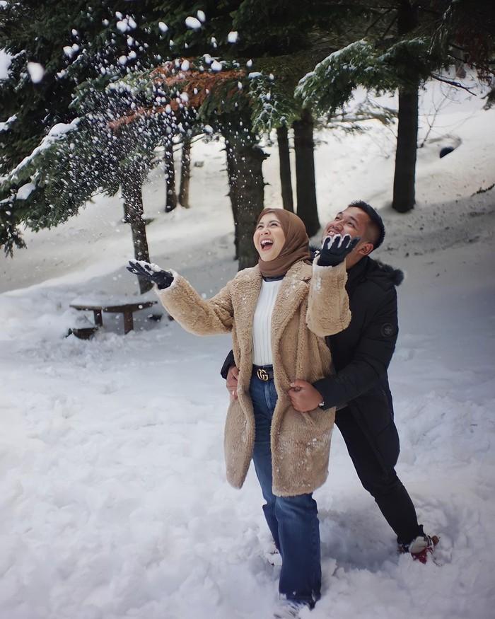 Keduanya juga terlihat bermain salju saat mengunjungi Uludag Kayak Merkezi. Kesha pun terlihat sangat bahagia karena kali pertama, ia menikmati salju bersama sang suami. Bikin baper ya, Ladies? (Foto: Instagram.com/kesharatuliu05)