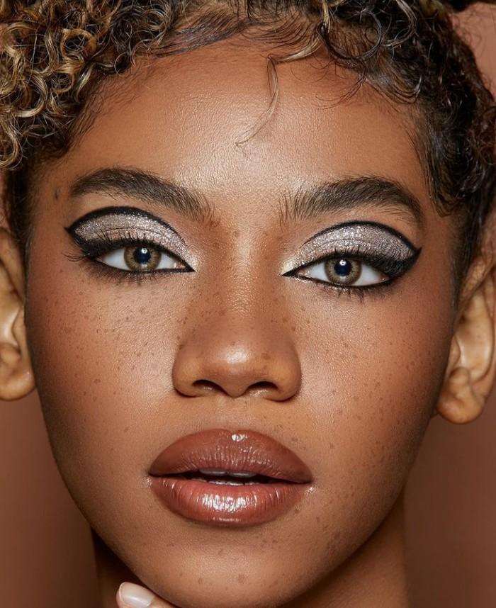 Zsazsa Utari juga menggunakan nude lipstick dengan glossy finish yang cantik. Selain itu, area matanya juga terlihat on point dengan winged liner yang sedikit panjang dan ditarik di lipatan kelopak matanya. (Foto: Zsazsa Utari/instagram.com/zsazsautari)