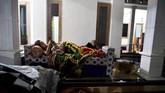 Warga yang cemas dengan gempa susulan memilih beristirahat di tenda yang dibangun di jalan di Desa Kali Uling, Lumajang, Jawa Timur, Minggu (11/4).