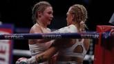 Shannon Courtenay menjadi juara dunia tinju kelas bantam putri versi WBA usai mengalahkan Ebanie Bridges di Copper Box Arena, Inggris, Minggu (11/4).