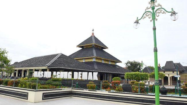 Kisah Masjid Agung Demak, yang arsitekturnya merupakan harmonisasi Hindu-Islam, selalu menarik untuk dipahami.
