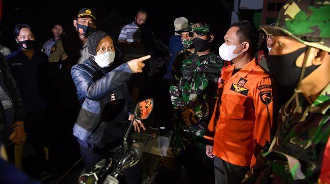 Mensos Tri Rismaharini meminta Bupati Lumajang Thoriqul Haq untuk memprioritaskan evakuasi warga korban gempa Malang terutama yang bermukim di bawah tebing.