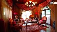 <p>Di dalam rumah, ada sebuah ruangan yang berbeda nih. Ruangan keluarga ini disebut 'red area' karena didominasi warna merah, dengan aksen mewah dan alegan. (Foto: YouTube Boy William)</p>