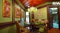 <p>Tak cuma berwarna hijau, beberapa furnitur, lantai, atap rumah Tasya Farasya juga menggunakan warna emas dan kecoklatan. (Foto: YouTube Boy William)</p>