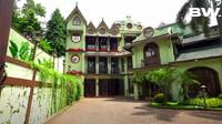 <p>Tampak depan, rumah mewah yang disebut Green House ini memang seperti istana di Disneyland, Bunda. (Foto: YouTube Boy William)</p>