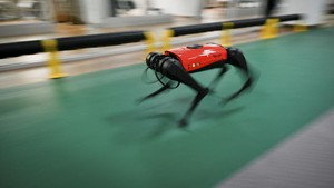 FOTO: Robot Anjing Peliharaan Bisa Diajak Jalan-jalan