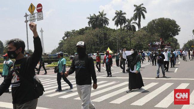 Sekitar 50 buruh berunjuk rasa di sekitar Gedung Mahkamah Konstitusi menyuarakan penolakan UU Cipta Kerja, bertepatan sidang pertama uji formil Ciptaker.