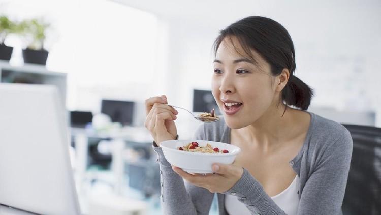 wanita sedang makan makanan diet