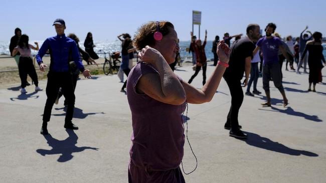 Silent Disco berupa konsep konser musik via headphone. Acara musik ini dianggap sebagai pelipur lara bagi mereka yang sudah rindu kelab malam.