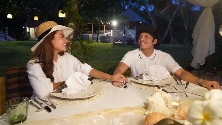 Atta Halilintar dan Aurel Hermansyah sedang menikmati bulan madu di pulau dewata Bali. Yuk intip momen mewah dan romantisnya bulan madu mereka!