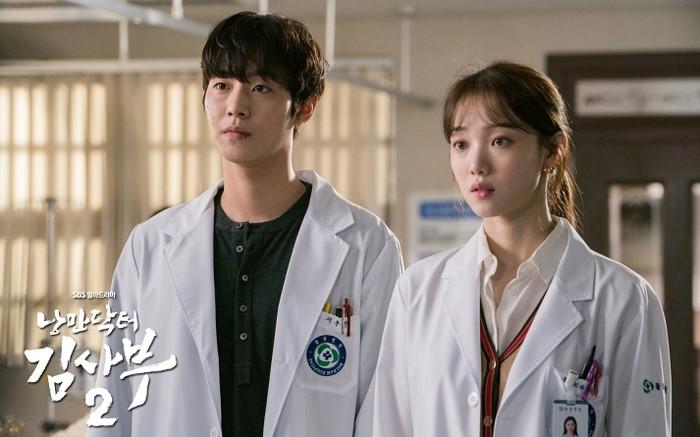 Dr. Romantic 2, Walaupun kondisi rumah sakit Doldam selalu sibuk mengobati pasien dengan berbagai keluhan, adegan romantis antara Lee Sung Kyung (1990) dan Ahn Hyo Seo (1995) selalu dinanti-nanti penonton / foto: sbs.co.kr