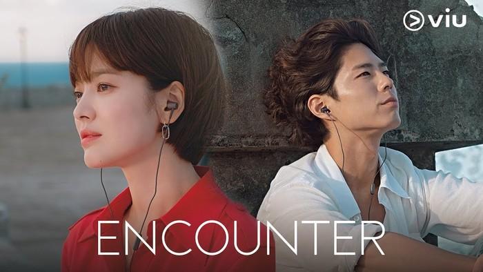 Encounter, menceritakan kisah CEO hotel yang diperankan oleh Song Hye Gyo (1982) dengan Park Bo Gum (1993) laki-laki muda biasa yang menjadi karyawan part time di hotelnya / foto: viu.com