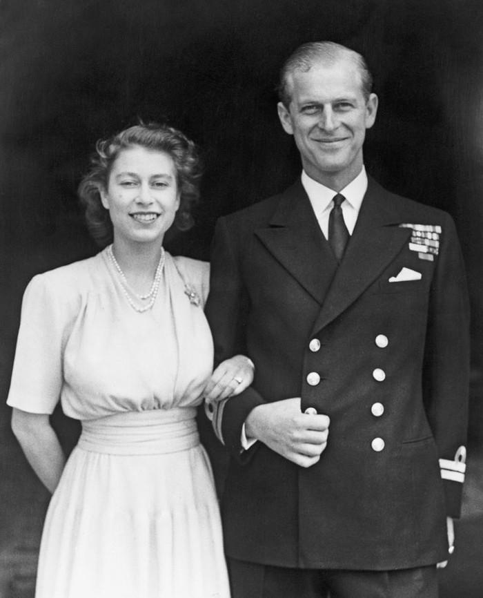 Ratu Elizabeth dan Pangeran Philip di Buckingham Palacae pada hari pertunangan mereka pada Juli 1947. Foto: oprahdaily.com