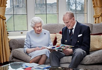 73 tahun menikah, sang Ratu dan Pangeran mendapatkan hadiah ulang tahun pernikahan buatan para cicit tahun 2020. Foto: tatler.com