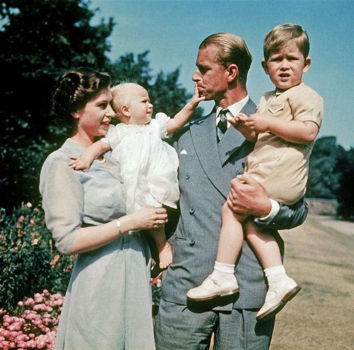 Pasangan royals, Ratu Elizabeth dan Pangeran Philip dikaruniai 2 anak, Putri Anne dan Pangeran Charles, selama tahun 1949-1951. Foto: nbcnews.com