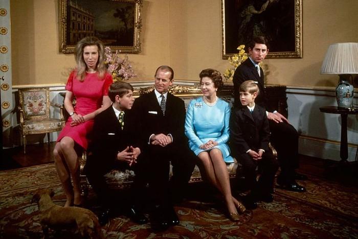Anggota keluarga mereka bertambah dengan lahirnya Pangeran Andrew tahun 1960 dan Pangeran Edward pada tahun 1964. Foto: oprahdaily.com