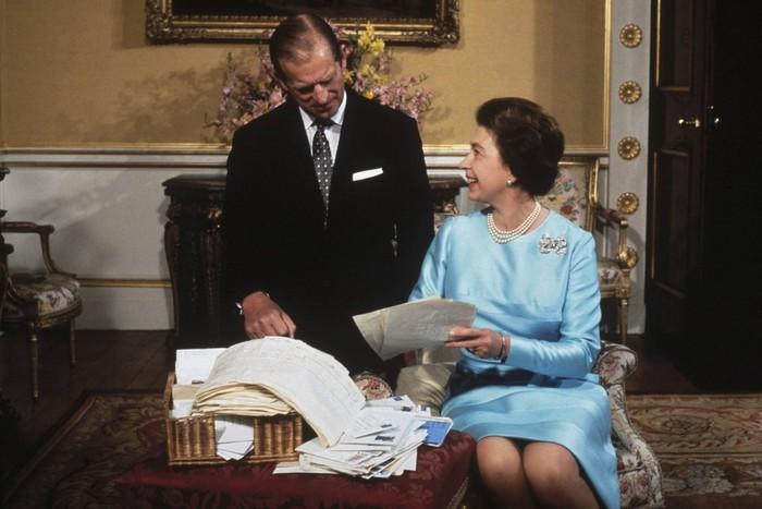 Pangeran Philip dan Ratu Elizabeth saat perayaan hari pernikahan silver mereka tahun 1972. Foto: tatler.com
