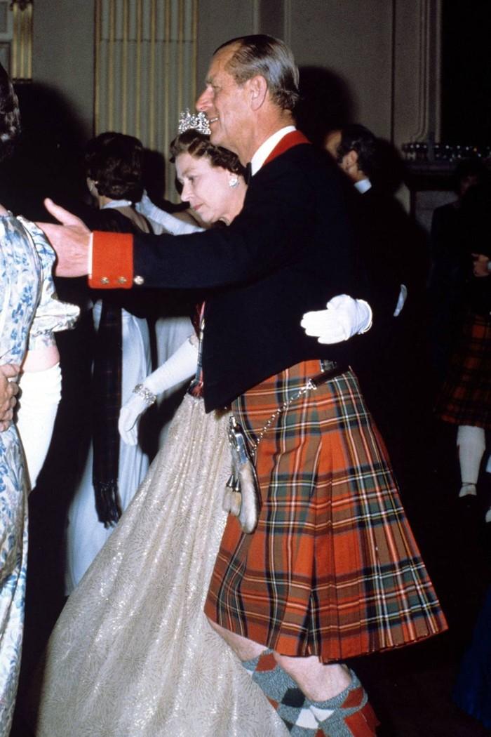 Queen Elizabeth II dan Prince Philip of Greece and Denmark pada tahun 1982. Foto: tatler.com