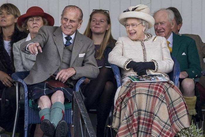 Prince Philip dan Ratu Elizabeth saat menghadiri Braemar Gathering tahun 2014. Foto: tatler.com