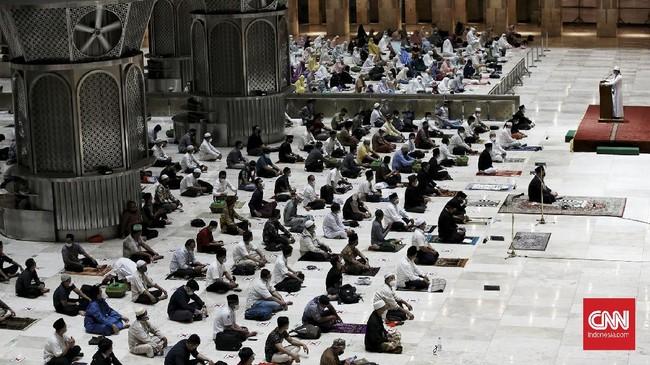 Untuk pertama kalinya saat pandemi Covid-19, Masjid Istiqlal Jakarta menggelar Salat Tarawih berjamaah dengan menerapkan protokol kesehatan.