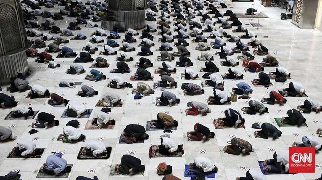 Saat pandemi, lebih baik salat tarawih di masjid atau di rumah?