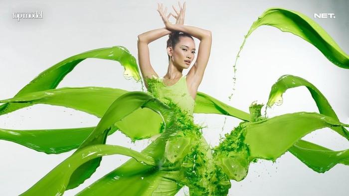 Momen pertama kali Ilene meraih best photo kala di challenge splash, dimana Ilene berpose disiram dengan cairan berwarna hijau. (Foto: intm_nettv/Instagram.com/intm_nettv)