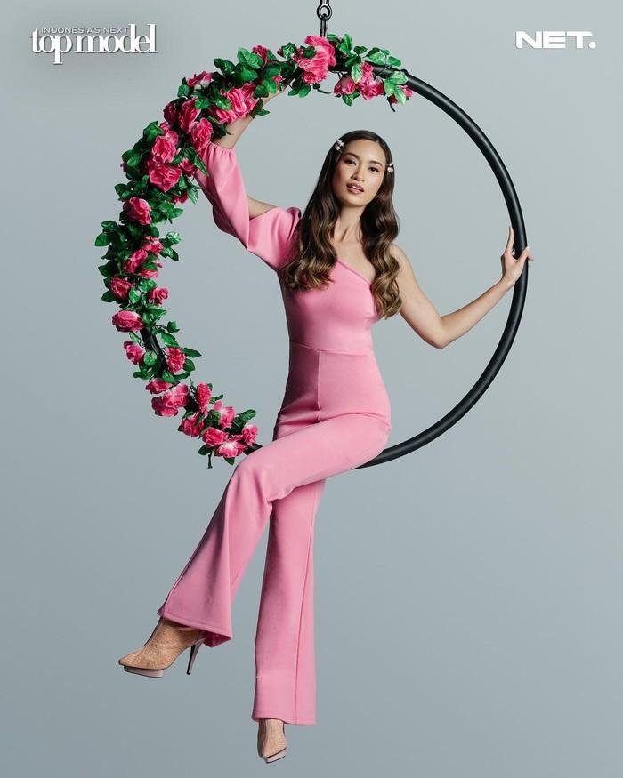 """Ilene nampak begitu cantik dengan nuansa pink yang dikenakannya, sesuai tema photoshoot """"innocent beauty"""". Rambutnya yang tergerai indah, berpadu dengan bunga di hula hoop semakin menambah pesona Ilene. (Foto: intm_nettv/Instagram.com/intm_nettv)"""