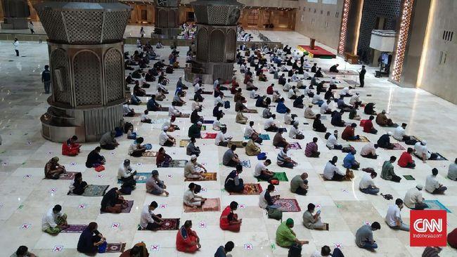 Pantauan CNNIndonesia.com, sejak pukul 18.30 WIB, jemaah laki-laki dan perempuan mulai berdatangan untuk mengikuti salat tarawih berjamaah.