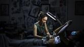 Ngoc, seniman tato di Vietnam, mendedikasikan dirinya untuk membuat tato pada tubuh perempuan yang memiliki bekas luka, baik mental ataupun psikis.