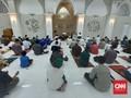 Warga Jaktim Padati Masjid Ikut Tarawih Berjemaah