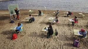FOTO: Riuh Siswa Sekolah di Pinggir Pantai Spanyol