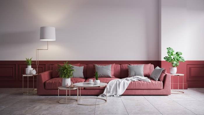 Interior ruang keluarga yang minimalis dengan pemilihan sofa berwarna soft red bisa banget jadi pilihan kamu untuk memiliki ruang keluarga yang minimalis namun terlihat kece (sumber : freepik)